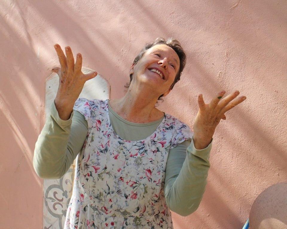 La peintre Jacqueline Havilio guide les touristes en chantant (Crédit : Facebook)