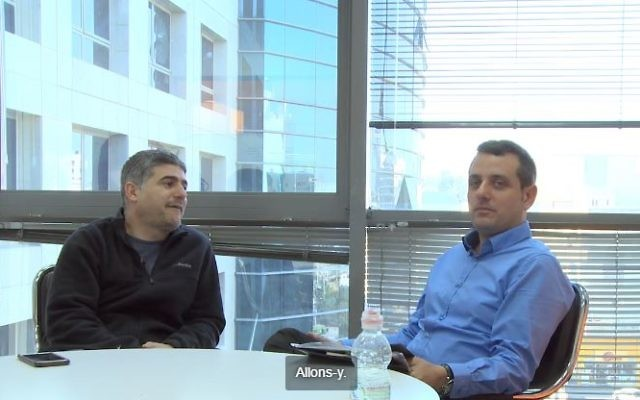 Le faux journaliste 'Jerome' (à gauche) et Yossi Taguri (Yallo), un très bon client pour l'humoriste (Crédit; capture d'écran Youtube/Jerome interview start-up nation)