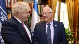 Boris Johnson, secrétaire d'Etat britannique, et le président Reuven Rivlin à Jérusalem, le 8 mars 2017. (Crédit : Mark Neiman/GPO)
