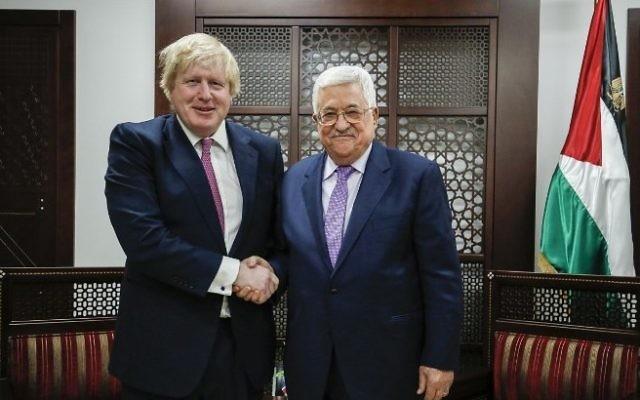 Boris Johnson, ministre britannique des Affaires étrangères, et Mahmoud Abbas, président de l'Autorité palestinienne, à Ramallah, en Cisjordanie, le 8 mars 2017. (Crédit : Abbas Momani/AFP)