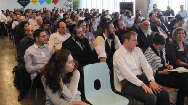 Les entrepreneurs Haredi et laïcs assistant à un événement organisé par KamaTech (Crédit : Autorisation)
