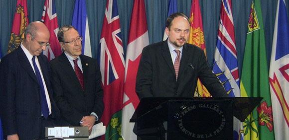 Bill Browder, Irwin Cotler et Vladimir Kara-Murza lors d'une conférence de presse en 12012 à Ottawa appelant le gouvernement canadien à adopter la législation Magnitsky (Autorisation : Irwin Cotler)