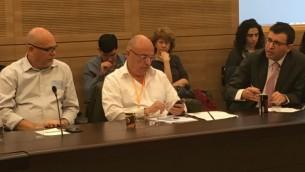 Yanir Melech, à gauche, et Roni Rimon, soutiens des options binaires, et Nimrod Assif, à droite, avocat de victimes de l'industrie, pendant la réunion de la commission du Contrôle de l'Etat, à la Knesset, le 28 février 2017. (Crédit : Simona Weinglass/Times of Israël)