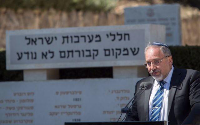 Le ministre de la Défense Avigdor Liberman prononce un discours durant la cérémonie commémorative des soldats sans sépulture, au cimetière militaire du Mont Herzl, le 5 mars 2017. (Crédit : Noam Revkin Fenton/Flash90)