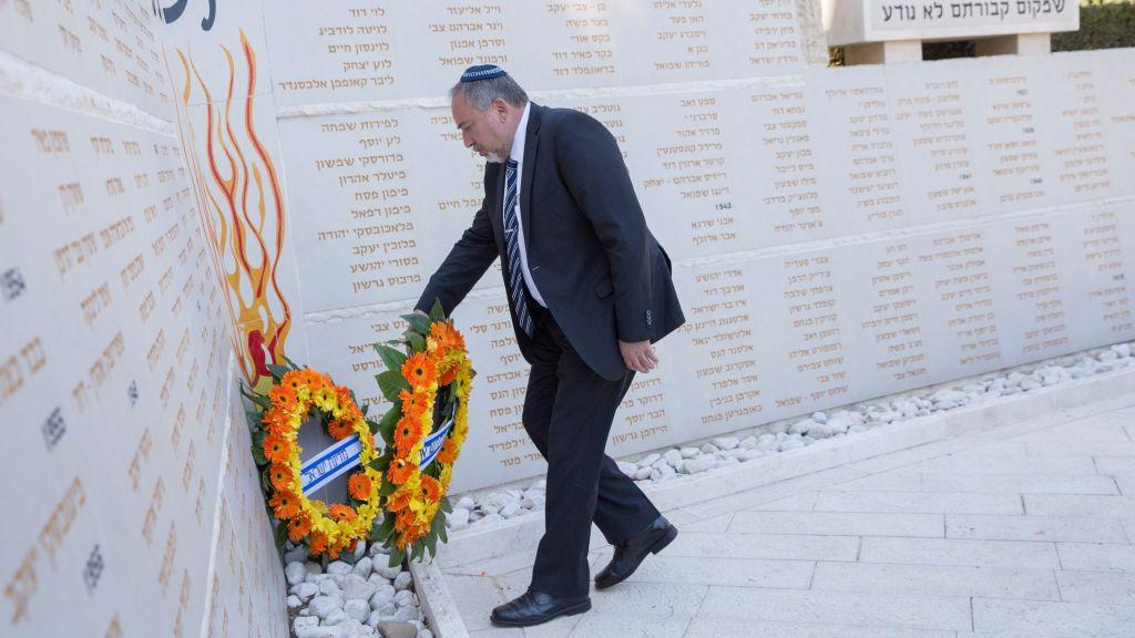 Le ministre de la Défense Avigdor Liberman dépose une gerbe de fleurs à la mémoire des soldats sans sépulture, au cimetière militaire du mont Herzl, le 5 mars 2017. (Crédit : Noam Revkin Fenton/Flash90)
