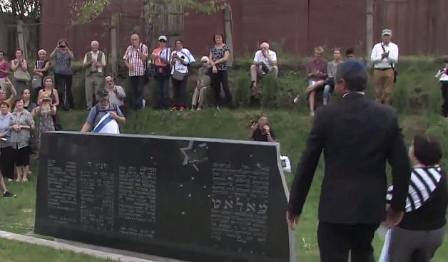 Un monument à la mémoire des juifs lituaniens tués durant l'Holocauste a été dévoilé à Moletai en Lituanie, le 29 août 2016; (Crédit : capture d'écran YouTube)