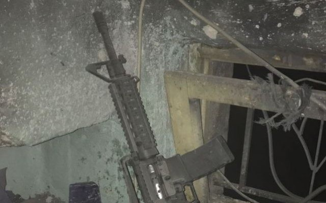 Un fusil M-16 retrouvé par l'armée israélienne au domicile d'un suspect palestinien, le 6 mars 2017. (Crédit : armée israélienne)