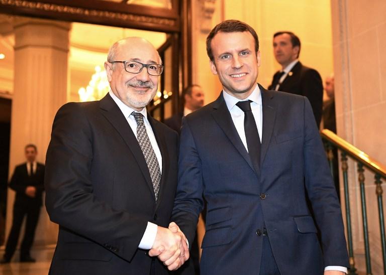 Emnanuel Macron et Francis Kalifat lors de la soirée débat au  Grand Hotel Intercontinental de Paris, en mars 2017. (Crédit : Eric Feferberg/AFP)