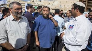 Benzi Gopstein, au centre, Michael Ben-Ari, à gauche, et Itamar Ben Gvir devant le mont du Temple de la Vieille Ville de Jérusalem, le 30 octobre 2014. (CRédit : Yonatan Sindel/Flash90)
