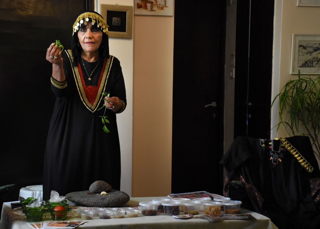 Un atelier de cuisine yéménite chez Mazal Motal. (Crédit : Yaël Ancri/Times of Israël)