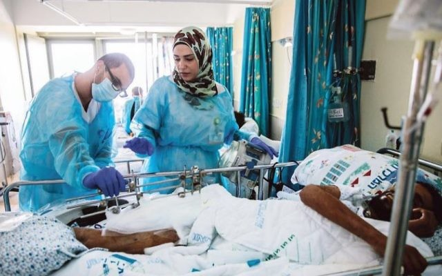 Des groupes militants comme 'Israel Apartheid ?' veulent montrer une image positive d'Israël face à la propagande anti-israélienne. Ici, un Juif et une Arabe travaillant ensemble dans un hôpital. (Crédit: Israel Apartheid ?/Facebook)
