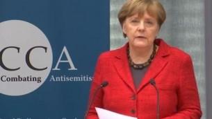 La chancelière allemande Angela Merkel lors d'une allocution prononcée devant la coalition interparlementaire de lutte contre l'antisémitisme, le 14 mars 2016. (Crédit : capture d'écran YouTube)