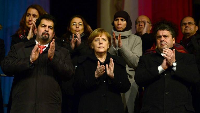 La chancelière allemande Angela Merkel (centre) applaudit durant un rassemblement pour la tolérance à l'égard de la communauté musulmane, le 13 janvier 2015, à Berlin. (Crédit : AFP/JOHN MACDOUGALL)