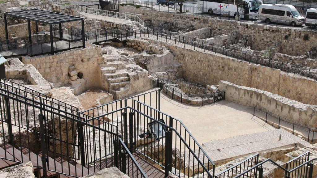 Le début du Circuit des Mikvés à Jérusalem. (Crédit : Shmuel Bar-Am)