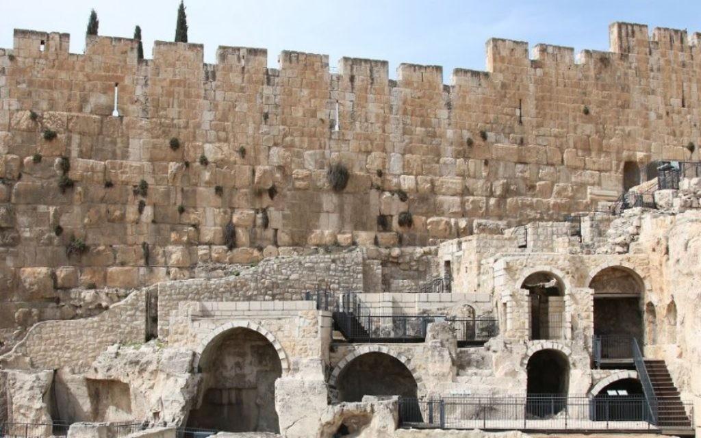 L'ouverture d'une ancienne citerne aux abords de Jérusalem (Crédit : Shmuel Bar-Am)