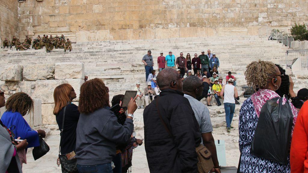 Le chemin emprunté par les anciens voyageurs juifs est aujourd'hui un site populaire pour les pèlerins chrétiens modernes (Crédit :Shmuel Bar-Am)