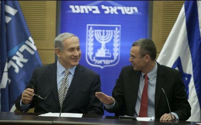 Le Premier ministre Benjamin Netanyahu (à gauche) et Yariv Levin (à droite), à la Knesset, le 19 mai 2014. (Crédit : Flash90)