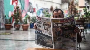 """Un homme lit un journal. On peut lire en une """"Quel barbarie"""", pour évoquer les tensions diplomatiques entre la Turqier les Pays-Bas, à Istanbul, le 13 mars 2017. (Crédit : Ozan Kose/AFP)"""