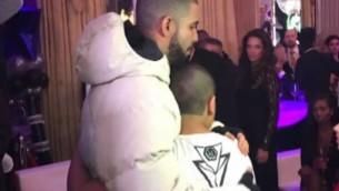 Drake et le jeune bar-mitzvah, Noah Nissan, à la fête de ce dernier à Amsterdam, aux Pays-Bas, en janvier 2017. (Crédit : capture d'écran YouTube)