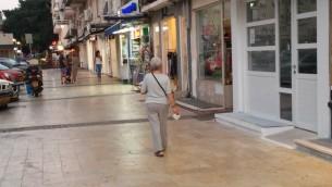 Photo d'illustration d'une femme marchant dans une rue de Tel Aviv (Crédit :  Simona Weinglass/Times of Israel)