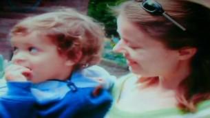 Olga Borisov et son fils Alon (Crédit : capture d'écran YouTube/Première chaîne)