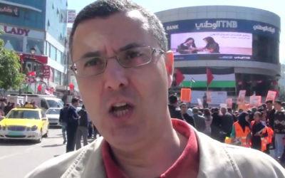 Omar Barghouti, cofondateur du mouvement BDS, pendant un rassemblement pro-boycott à Ramallah, en février 2016. (Crédit : capture d'écran YouTube)