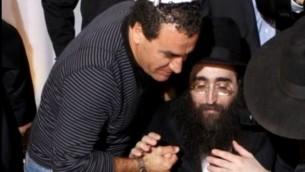 Menashe Arviv, alors chef de l'unité Lahav 433 de lutte contre la corruption de la police israélienne, à gauche, avec le rabbin Yoshiyahou Pinto. (Crédit : capture d'écran YouTube)