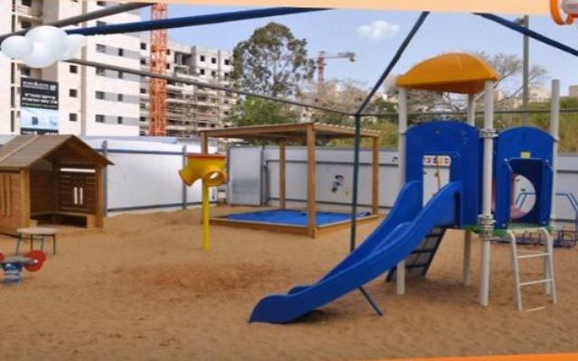 Illustration d'un jardin d'enfants à Petah Tikva (Crédit : capture d'écran YouTube)