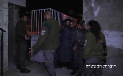 Arrestation d'hommes ultra-orthodoxes suspectés de crimes sexuels, le 27 mars 2017. (Crédit : Capture d'écran/ Police israélienne)