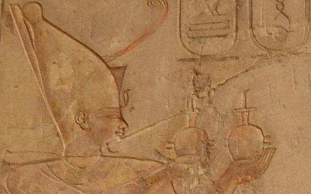 Relief représentant Psammétique Ier faisant une offrande au dieu Rê-Horakhty, dans la Tombe de Pabasa à Thèbes. (Crédit : Neithsabes/Domaine public/WikiCommons)