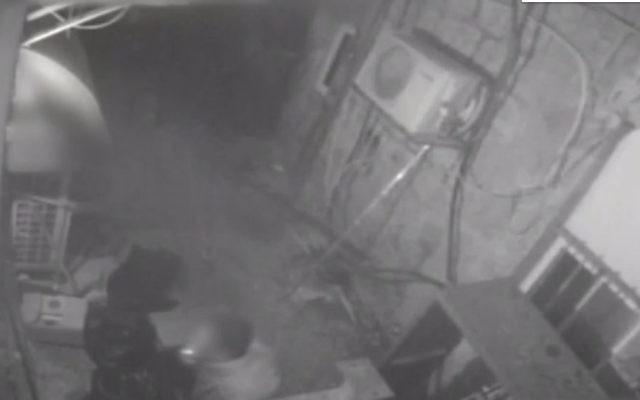 Les caméras de surveillance montrent le suspect avec une cigarette allumée en bouche, dans un café de Jérusalem, en mars 2017. (Crédit : Capture d'écran YouTube)