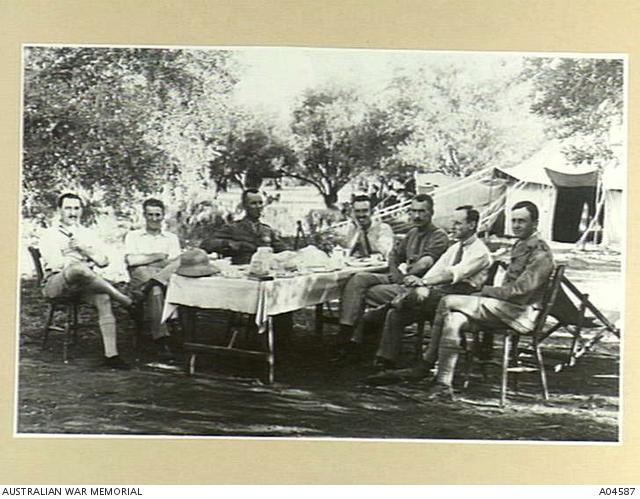 Des officiers autours d'une table dans une oliveraie à Ramleh, en Palestine en 1918. Il s'agisstait des quartiers généraux de la 40ème Wing de la RAF. (Crédit : Australian War Memorial, domaine public)