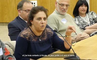 Isabelle Renassia, infirmière depuis bientôt 20 ans, en Israël depuis 4 ans sans travail, témoigne de son cas devant une commission de la Knesset (Crédit: capture d'écran Facebook/Qualita)