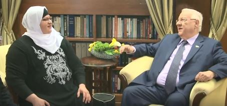 Jehan Jaber, professeur d'hébreu à Taibe renocntre le président Reuven Rivlin à la résidence présidentielle le 8 mars 2017, à Jérusalem. (Crédit : capture d'écran/Facebook)