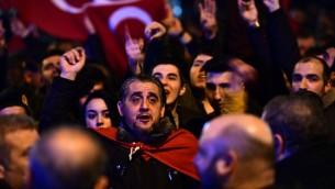 La foule de ressortissants turcs aux Pays-Bas brandit des drapeaux turcs, durant une manifestation devant le consulat turc à Istanbul, à Rotterdam le 11 mars 2017. (Crédit : Emmanel Dunand/AFP)