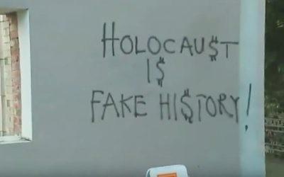 Graffiti antisémite et négationniste retrouvé sur le mur d'une synagogue réformée de Seattle en mars 2017. (Crédit : capture d'écran YouTube)
