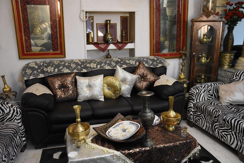 La richesse d'une décoration arabe authentique chez Samira. (Crédit : Yaël Ancri/Times of Israël)
