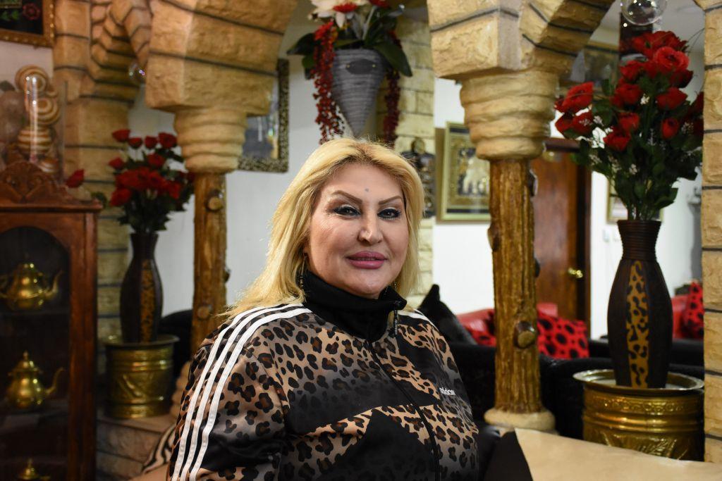 Samira Alyan accueille des groupes dans sa maison de Beit Sefafa. (Crédit : Yaël Ancri/Times of Israël)