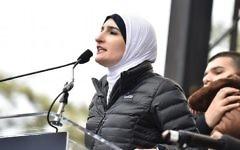 Linda Sarsour sur la scène de la Marche des Femmes de Washington, D.C., le 21 janvier 2017. (Crédit : Theo Wargo/Getty Images)