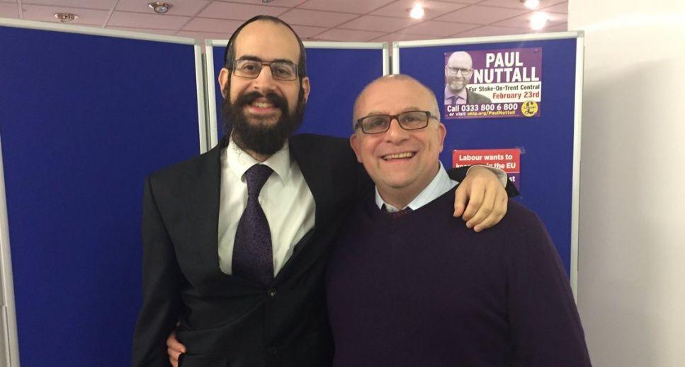 Shneur Odze, à gauche et le membre du parlement issu de l'UKIP Jonathan Arnot à Manchester, en 2013. (Autorisation : Odze/via JTA)