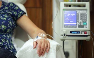 Photo d'illustration d'une femme atteinte d'un cancer recevant un traitement par chimiothérapie. (Crédit : via Shutterstock)