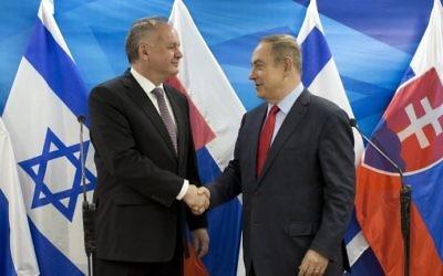 Le président slovaque Andrej Kiska (à gauche) échange une poignée de mains avec le Premier ministre Benjamin Netanyahu au bureau du Premier ministre, à Jérusalem, le 30 mars 2017. (Crédit : AFP/Pool/ Abir Sultan)