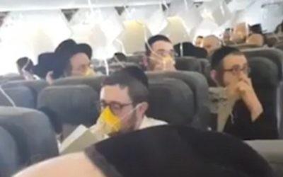 Des Juifs ultra-orthdoxes d'un vol entre Londres et Rzeszow, en Pologne, qui a du faire un atterrissage d'urgence à Amsterdam, le 19 mars 2017. (Crédit : Twitter/Hiemishe LIVE NEWS)