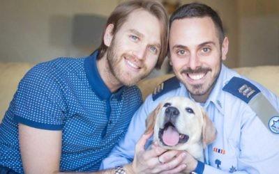 Adir Gabbai et Dean, un couple gay, mis en avant pour la Journée de la famille par l'Armée de  l'air israélienne, en mars 2017. (Crédit: Tweeter/IAF)