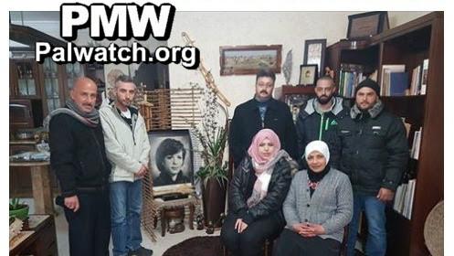 """Les organisateurs de la colonie de vacances """"Les frères de Dalal"""" aux côtés d'une photographie de la terroriste Dalal Mughrabi. (Crédit : PMW)"""