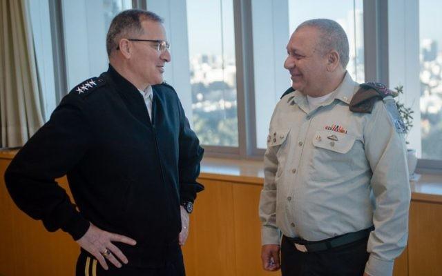 Le général Curtis M. Scaparrotti, chef du Commandement européen des Etats-Unis, et le chef d'Etat-major de l'armée israélienne, Gadi Eizenkot, au siège de Tsahal à Tel Aviv, le 6 mars 2017. (Crédit : unité des porte-paroles de l'armée israélienne)