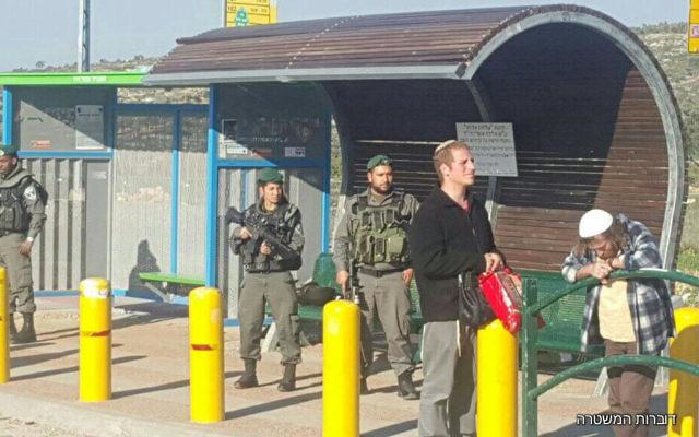 Des soldats israéliens aux abords du carrefour de Tapuah, en Cisjordanie, le 5 mars 2017 (Crédit : police israélienne)