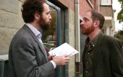 """""""Vous êtes juif ?"""" demande un   homme à son voisin, ce  qui poussera ce dernier, athée,  à trouver des réponses (Capture d'écran Youtube/Théatre Le Public)"""