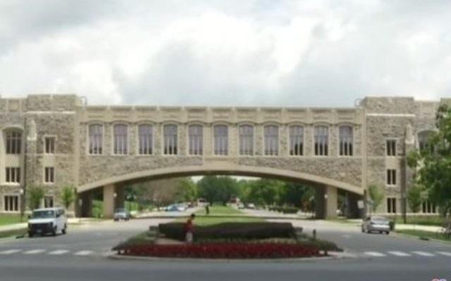 Le pont Torgersen sur le campus de l'Institut polytechnique et université d'État de Virginie. (Crédit : capture d'écran/YouTube)