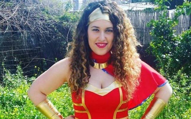 Eilit Rozin en costume de Wonder Woman prend la pose dans la maison d'amis de Tel Aviv avant la grande fête de Pourim dans la ville, le 10 mars 2017  (Autorisation : Eilit Rozin via JTA)